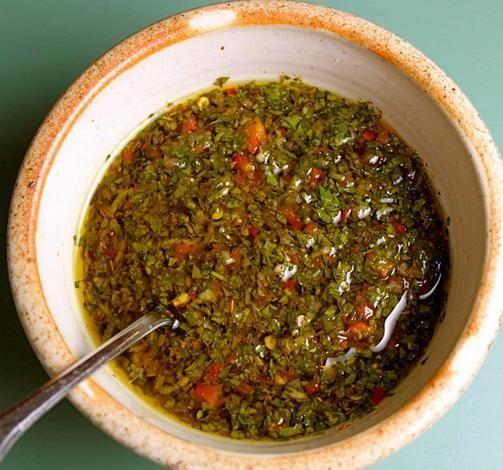 Como fazer molho chimichurri. O molho chimichurri é um molho de consistência líquida e muito apimentado. Existem diferentes receitas para preparar chimichurri, mas os ingredientes principais são a salsa, alho, vinagre, piri-piri m...