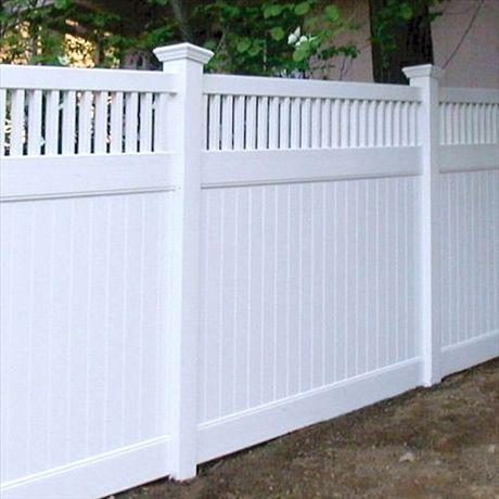 Elegant högt staket med insynsskydd