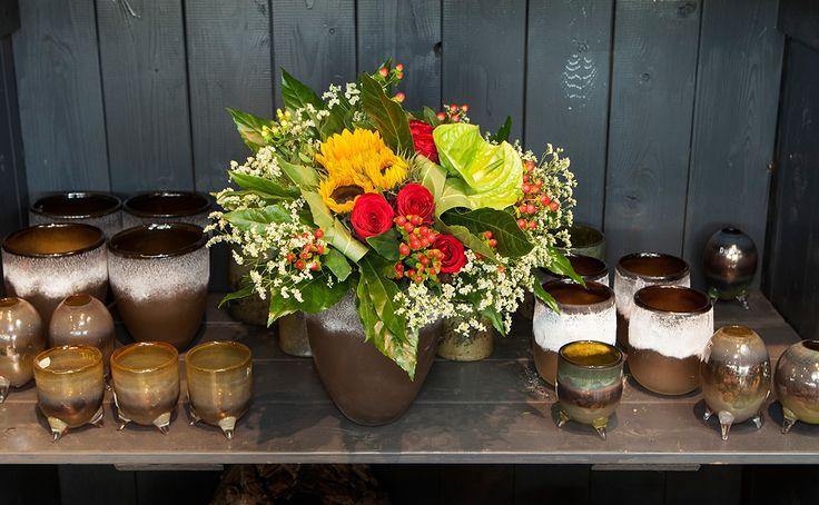 Een herfstig boeket van bloemisterij van der Hulst uit Lisse met o.a. zonnebloem, roos, anthurium en hypericum.
