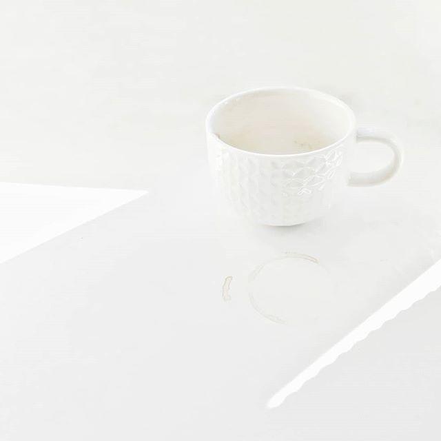 Kawa. Tak się cieszę że się lubimy.  PS wpadajcie na stories po trochę słonecznej Anglii :) . . . #coffeeshots #coffeetime #white #monochrome #cup #light #coffee #coffeelover