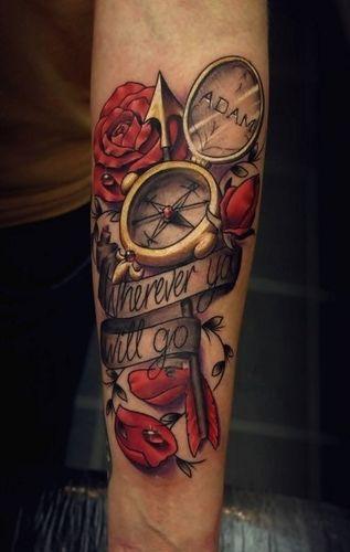 Tatuaje brújula y una frase