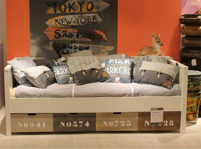 Basic Wood bedbank. Keuze uit een matraslade of ladenset multicolour of wit.