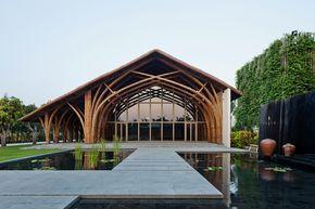 Construído na 2015 na Ngũ Hành Sơn, Vietnã. Imagens do Hiroyuki Oki. Ao lado da principal estrada de ligação entre a cidade de Da Nang e a antiga vila de Hoi An, localiza-se o Resort Naman, um qualificado resort...