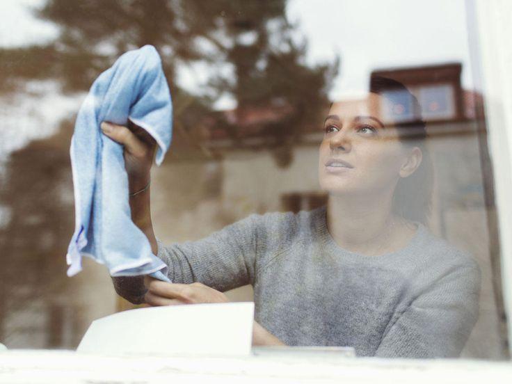 Die Fenster richtig zu putzen, ist nicht gerade leicht. Wie werden sie sauber und streifenfrei? Mit Essig oder Spülmittel? Die besten Tipps.