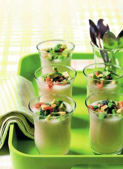 Aantal personen: 12 kleine glaasjes Ingrediënten 1,5 kg rijpe meloen (galameloen of cavaillon) Sap van 1 sinaasappel Sap van 1 citroen of limoen ...
