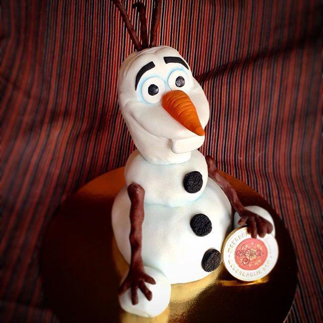 """торт """"Снеговик Олаф"""" из мультика """"Холодное сердце"""" #торт #мастичныйторт #олаф #снеговик #снеговиколаф #мультики #мультгерои #гельлакспб #морковка #медаль #лера #холодноесердце"""