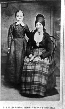 Digitalt Museum - Portrett av Fru Anna Sveingel Laudal og en jente, etter gammelt fotografi. Laudal, Marnardal, Vest-Agder.
