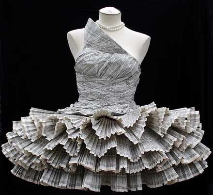 電話帳でできたドレス。制作工程などは不明ですが、プリーツが細かく折ってあったり、まるで布のようにしわが寄っていたりと、かなり細かいのでそうとう手間暇がかかっていると思います。身の回りにある紙という素材で使ってここまで表現できるのがすごいと思いました。Jolis Paonsさんの作品です。