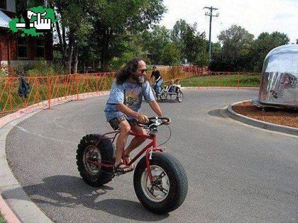 20 tipos de bicicleta que no sabias que existían. Bicicletas con ruedas de coche, tipo chopper, con zapatos, aerodinámicas, dobles, circulares. Un sin fin de bicicletas originales y divertidas. Una bici con una rueda de coche y la otra super...