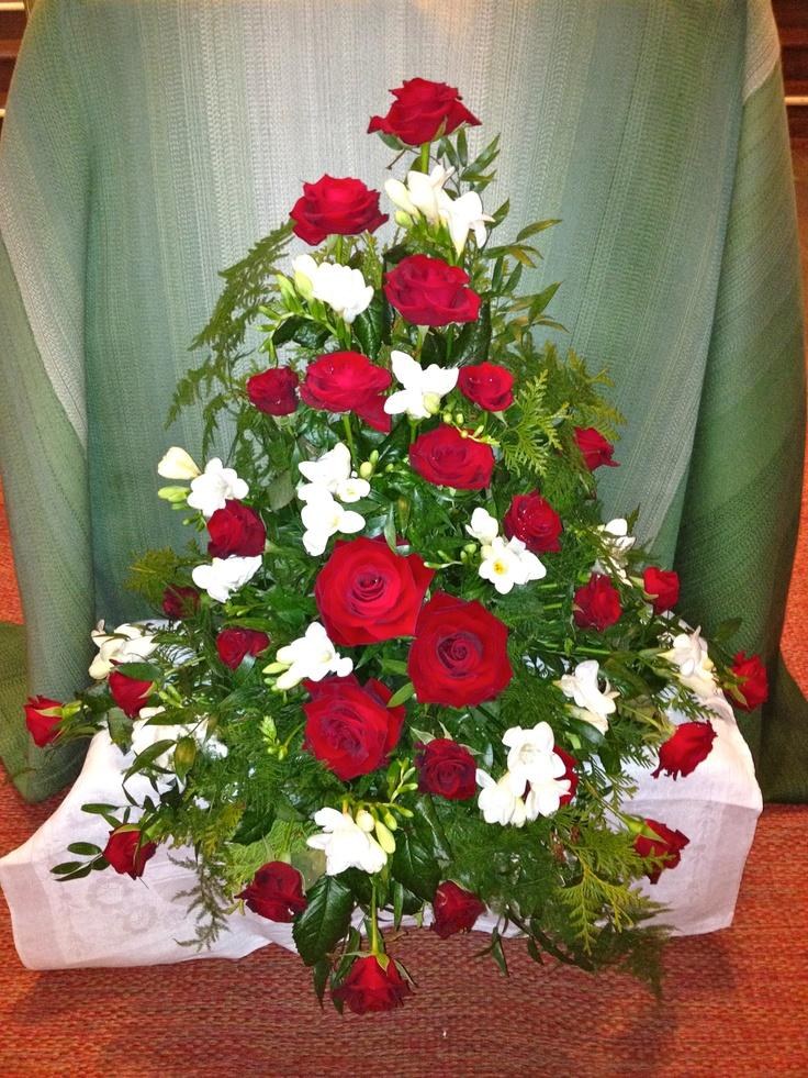 Stående dekoration med rosor och freesia.