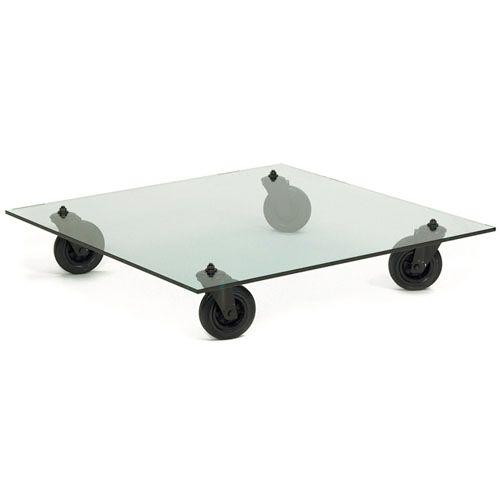 Det urbana, industriella soffbordet i glas, Fontana arte, en designklassiker designat 1980 av italienskan Gae Aulenti.