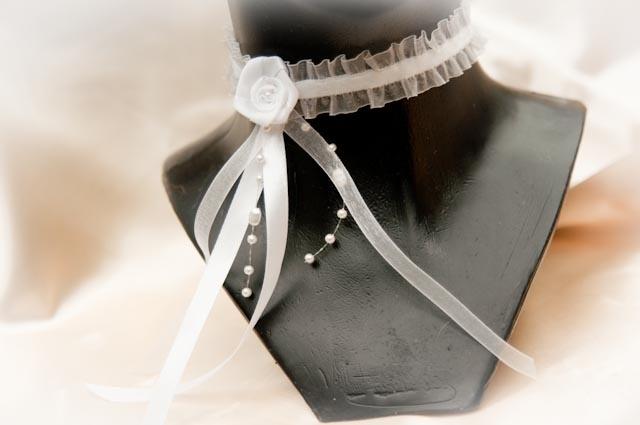 Collier de MARIAGE de tulle et velours élastique avec une rose blanche, ruban de voile et de satin et fil de perles. Fermeture avec crochet mousqueton argenté réglable Matériaux utilisés : Tulle Velours