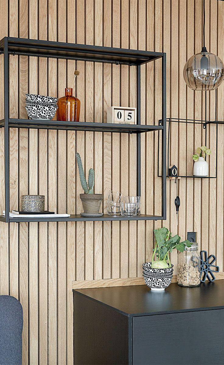 VIRUM væghylden er perfekt, hvis du ønsker at sætte dit eget præg på rummet. Indsæt eksempelvis en MARLIN vase, FERAH  kalender eller noget helt tredje.