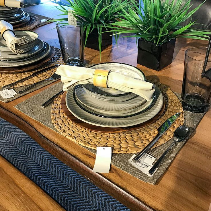 Dining set up on Underson Table in