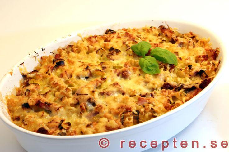 Makaronipudding / Makaronilåda - Ett recept på en god makaronipudding även kallad makaronilåda med skinka och purjolök. Äggstanning och riven ost hälls över. 4 portioner.