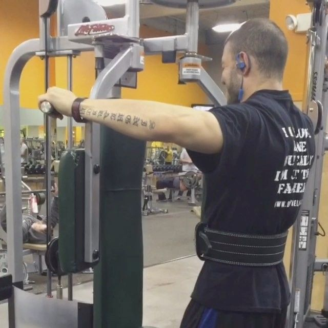 Here is a nice rear Delt variation I invented today using the old school pec deck machine.  This really matches the strength curve of the rear delt as the machine provides resistance somewhat perpendicularly at the beginning making it harder where the muscle is in a stronger position and becomes lighter at the back with a muscle is weakest. Give it a try and let me know what u guys think! // @erraband #orchid  //  Personal Training Online Coaching Muscle building or Fat loss Diets Supplement…