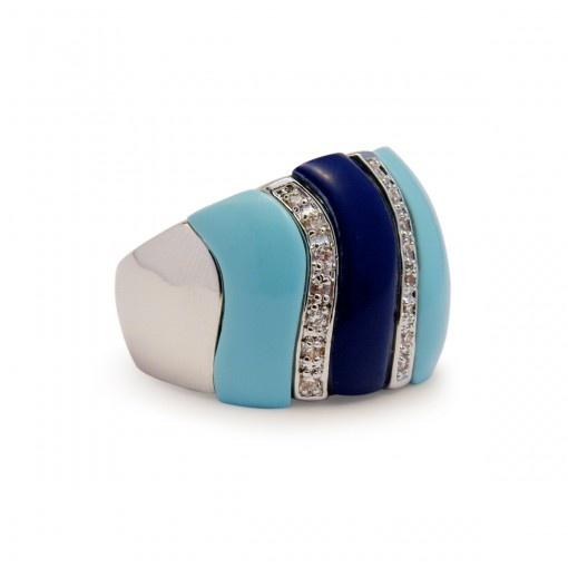 O anel com dois tons de azuis é moderno como um arco iris e combina com qualquer look jeans. Cravejado com zirconia entre os azuis, dá um toque de leveza e e sofisticação ao dia a dia.  Veja o tamanho do seu anel