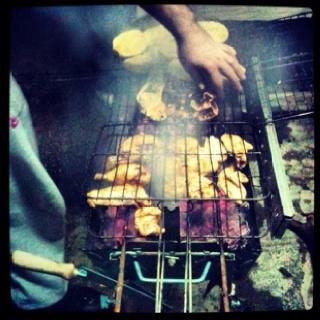Μριζολες και κοτόπουλο στα κάρβουνα.