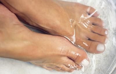 Listerine: la mejor manera de conseguir sus pies listos para el verano. Suena loco, pero funciona! Mix 1/4C Listerine (de cualquier tipo, pero me gusta el azul), vinagre 1/4C y 1/2c de agua tibia. Sumerja los pies durante 10 minutos y cuando se los saca de la piel muerta que hará de limpiar!