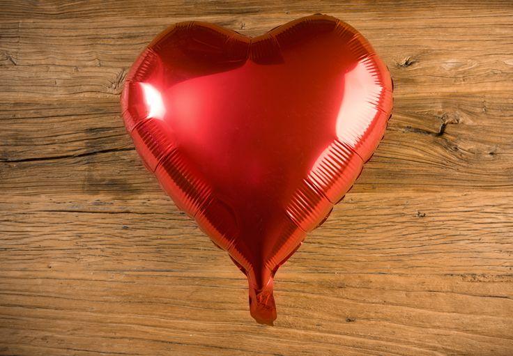 Globo Corazón Metálico Color Rojo - LOVERSpack. Con este globo crearas la atmósfera que tanto estás buscando crear para esa ocasión especial, aniversario, cumpleaños, boda o simplemente sorprendera a tu pareja. #decoracióncumpleaños #decoraciónaniversario #decoraciónboda #sorprenderamipareja #regalosoriginales #globos #decorarhabitaciónromántica #nocheromántica #parejas #regalos #sorpresas #LOVERSpack