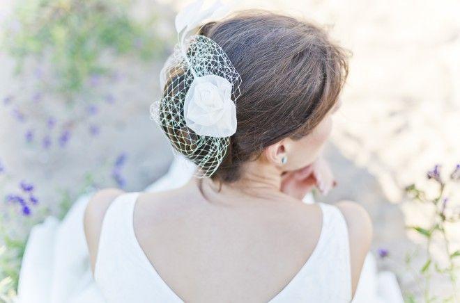 noni 2015 Fascinator mit Rose, Federn und Hutschleier passend zum 50er Jahre Brautkleid mit Petticoat (www.noni-mode.de - Foto: Le Hai Linh)