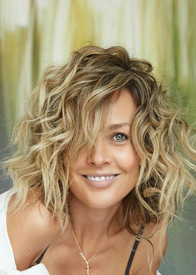 Mid Lenght Wavy Hair Styles In 2020 Haircuts For Wavy Hair Short Wavy Haircuts Wavy Haircuts