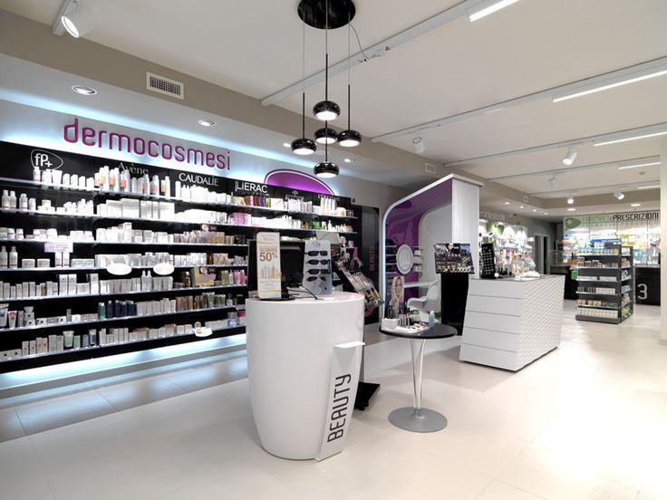 La pharmacie Peserico a ouvert ses portes à Rosà, près de Vicenza. Massimo Brignoni, l'architecte Mobil M partenaire de ce projet a créé un espace fonctionnel et dynamique