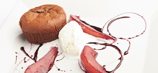 Lopende chocoladetaartjes peer in rode wijn en vanille-ijs van Delhaize