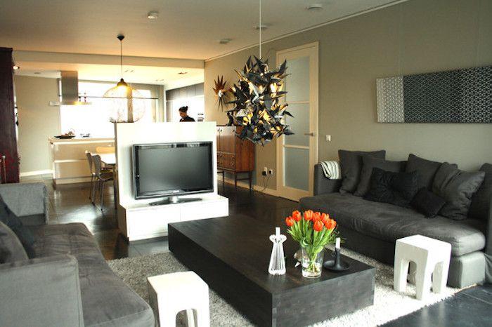 Tv Wand Kreatives Design In Der Mitte Des Zimmers Wohndesign Tisch Zwei  Sofas Und Frische Tulpen