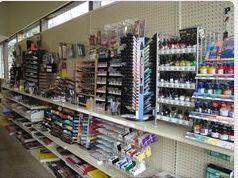 Esta una pequena tienda de arte. Dentro, hey muchos colores.