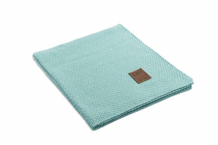 Jesse Plaid Mint  Description: Geef je interieur extra warmte en sfeer met deze prachtige Plaid Jesse van Knit Factory. Deze plaid is niet speciaal gemaakt om als deken te gebruiken maar doet het ook goed als decoratie in je woon- of slaapkamer. Drapeer hem maar over de bank een fauteuil of op het bed en creëer zo een chique uitstraling. Deze plaid van 130 x 160 cm heeft een unieke breiwerkcombinatie van 30 % wol en 70 % acryl en voelt hierdoor lekker zacht aan. Heerlijk om jezelf helemaal…