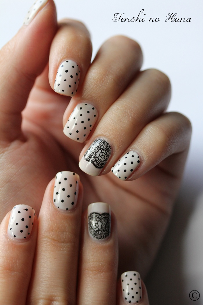 Nail art - nude and black, dotted and lace Hermosas :D