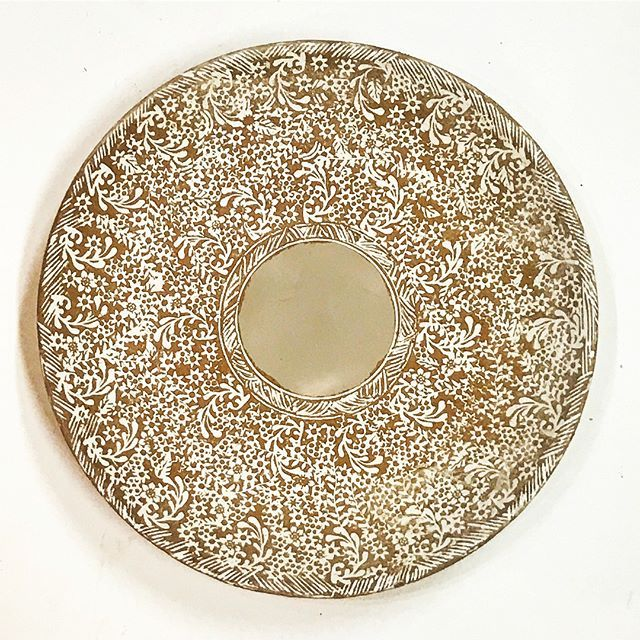 Completed ✅ and ready for central motif! What will it be!? 🐓🐇🐖🐬🦄🌿  ________________________________________________   #Koreanpotteryinfluence #mishima #sanggam #opasanggamstyle #керамика  #เครื่องเคลือบดินเผา #seramikler  #keraamika #đồgốm #kulolchilik #кераміка #seramik #cerámica #cerámica #clay #inlay #krukmakare #kastruller #pottebakkery #խեցեգործարան #মৃত্শিল্প #hrnčířství #fazekasság