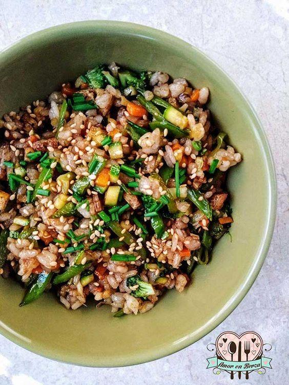Yakimeshi o arroz frito. ¡Amarás esta receta! Puedes hacer una versión vegana o vegetaria, agregar. Tambiénq queda delicioso son tofu o proteína de origen animal.