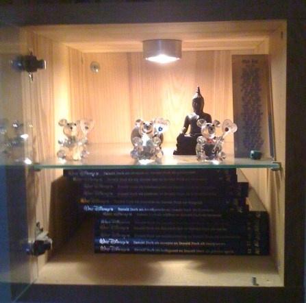 Eerst stonden er in dit kastje Ferrarimodellen maar na verkoop staat het nu vol met boeken, geboorte beeldjes en een boeda-beeld.