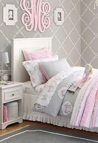 Absolutely loving this pink and gray palette, this wallpaper and the darling monogram above the bed! Más