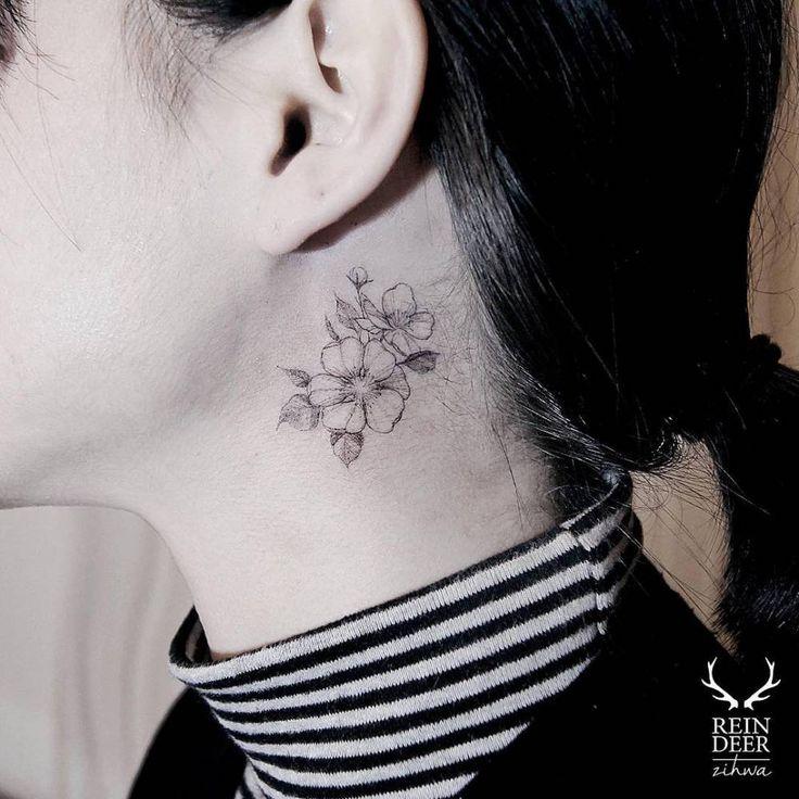 Preciosos tatuajes florales detrás de la oreja