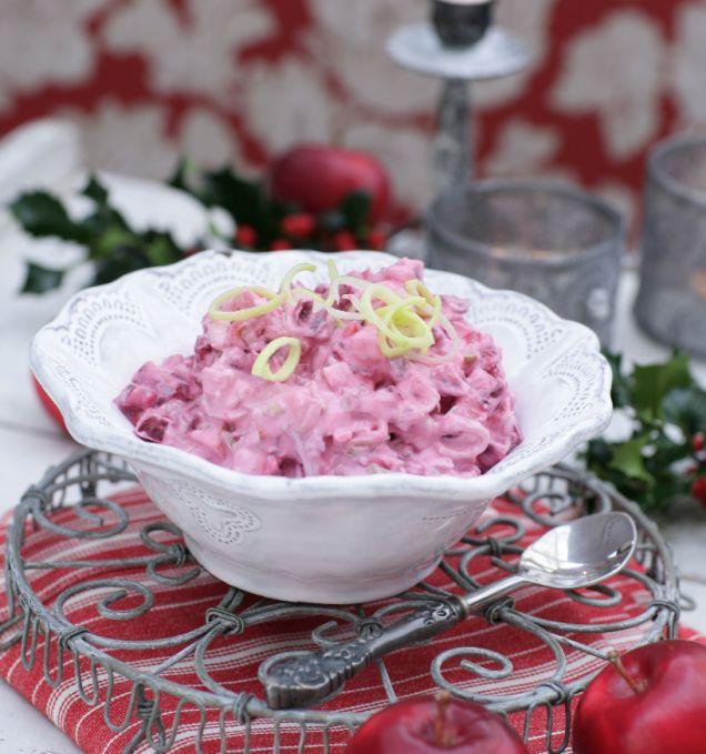 Enkelt recept på hemgjord rödbetssallad med äpple. Vill du lyxa till den smular du i några matskedar chèvre.