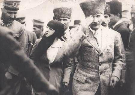 ✿ ❤ Latife Hanım ve Mustafa Kemal Dumlupınar'da ( Latife Hanım ve Cumhurbaşkanı Gazi Mustafa Kemal, Büyük Zaferin İkinci Yıl Dönümü Töreni İçin Dumlupınar'a Giderken 30 Ağustos 1924)