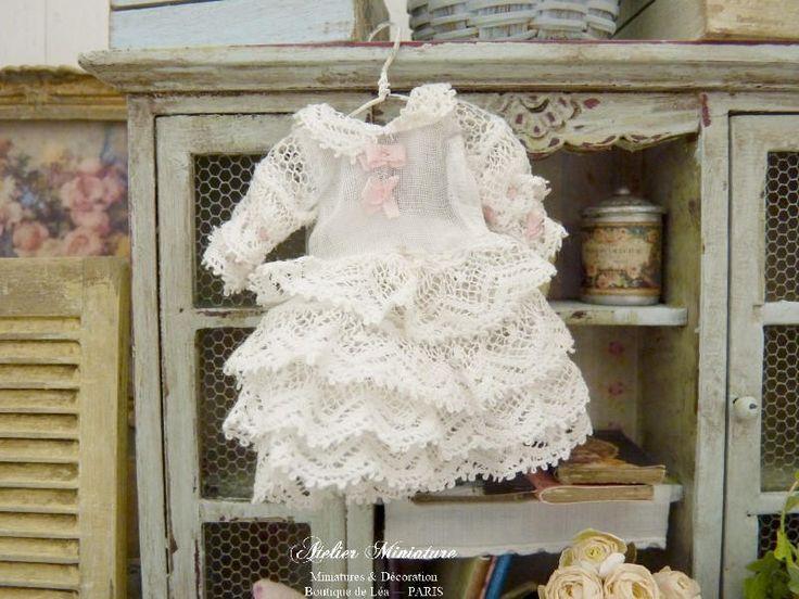 Robe miniature en dentelle blanche,  Accessoire de mode et de collection pour maison de poupée à l'échelle 1/12 by AtelierMiniature on Etsy