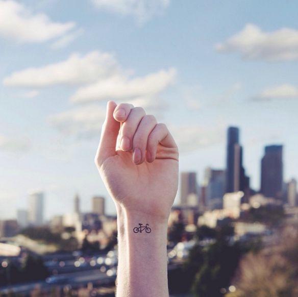 Para aquellos que recorren la ciudad en bicicleta. | 23 Delicados y pequeñitos tatuajes que puedes hacerte este 2016