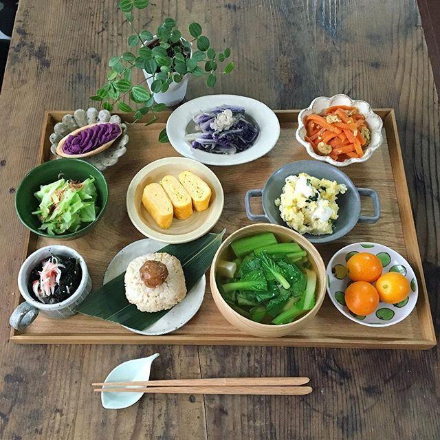 おはようございます。 *  週末にかけて こちらでも雪予報❄️ 交通に影響出ないといいんですが😣 *  #朝ごはん  玄米おにぎりと梅干し 豆腐と小松菜の味噌汁 ポテトサラダ にんじんしりしり 紫白菜と松山揚げ、戻りちりめんの煮浸し 卵焼き キャベツとあみえびの蒸し物 わかめとカニカマの酢の物 キンカン 紫いもタルト(沖縄土産) *  #japan #japanese #japanfood #breakfast #onthetable #おうちごはん #暮らし#日々#朝食#美濃焼#石川裕信 #薗部産業#池田優子 #和食#玄米食 #instapic #instafood #instaphoto#デリスタグラマーemi5perhonen