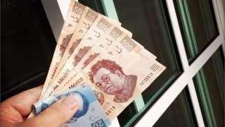 Image copyright                  Getty Images                  Image caption                                      El peso mexicano se deprecia y los mercados temen más caídas ante el dólar.                                La noche electoral en Estados Unidos está siendo larga y del otro lado de la frontera está resultando bien oscura para los bolsillos de lo