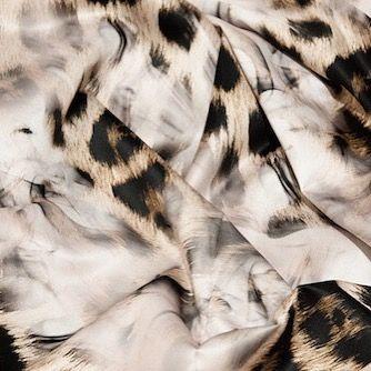 Este forro es uno de los favoritos en nuestro taller... 😍 🔥 ¡Queda genial en abrigos de tonos calidos!  #peleteriagabriel #peleteriaamedida #arreglosdepeleteria #forros #altapeleteria #animalprint #estampados #peleteria #zaragoza