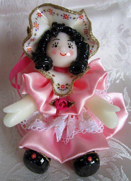 Bambola in pasta di mais con vestito rosa di Piccoli Capricci di Mara su DaWanda.com