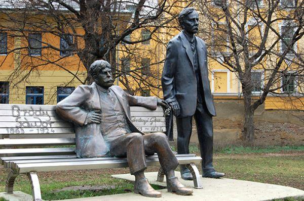 Bródy Sándor és Gárdonyi Géza írók szobra Eger, Érsekkert Varga Imre alkotása