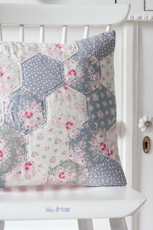 *Modern und edel.*  Süper süße Kissenhülle im schönen Hexagon Patchwork Look.  Das Hexie Kissen ist ein ganz besonderer Begleiter für gemütliche Sofa-Aufenthalte.  Patchwork-Kissenhülle aus 100%...