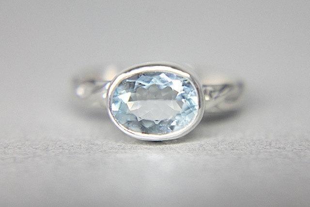Aquamarine Silver Braided Ring - Akvamarín bol kameňom vizionárov, mystikov a liečiteľov, u ktorých udržoval mladosť, partnerovu vernosť a lásku.Striebro podobne ako zlato a platina obnovuje ľudské bunky a oživuje nervový systém. Podporuje meditáciu, cieľavedomosť, fantáziu, trpezlivosť. Reguluje činnosť žliaz, oslabuje epileptické záchvaty a posilňuje oslabený močový mechúr.
