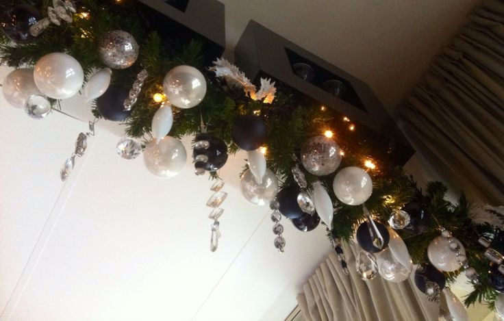 Geen ruimte voor een kerstboom??? Gebruik dan een guirlande en hang deze op en stop het vol met verschillende soorten kerstdecoratie en kerstverlichting. Om de sfeer rustig te houden maak dan gebruik van max 3 verschillende kleuren.