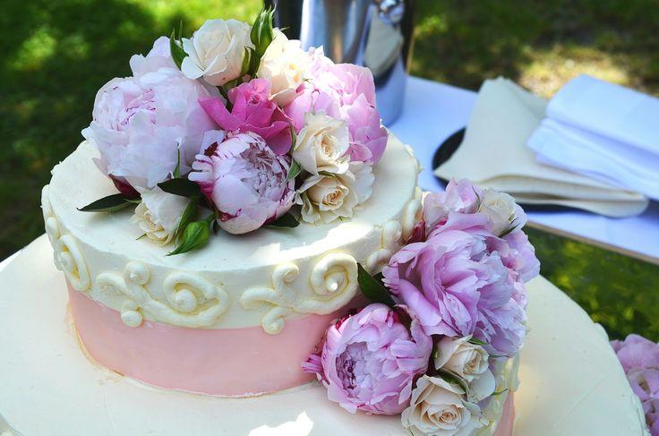 Seconda solo alla sposa, la wedding cake è la 'Regina della festa'! Scopri quante soluzioni originali, romantiche e golose puoi proporre ai tuoi invitati per chiudere in dolcezza il ricevimento di nozze! #weddingcake #tortanuziale